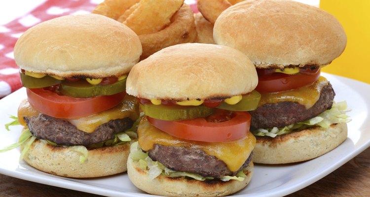 Mini hamburguesas de queso con aros de cebolla.