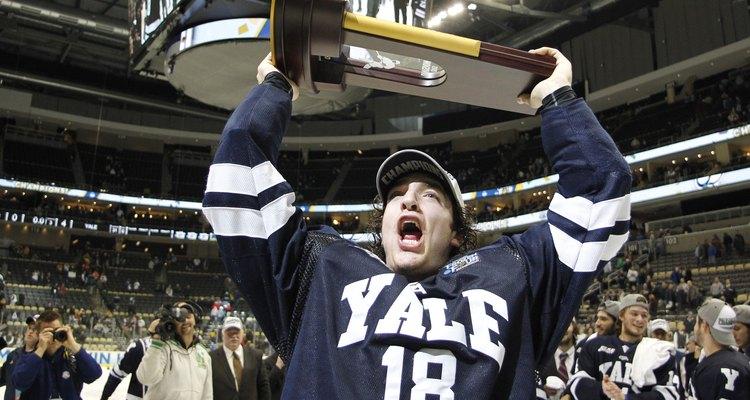Aluno de Yale comemora a vitória no campeonato de hóquei universitário contra a UMass