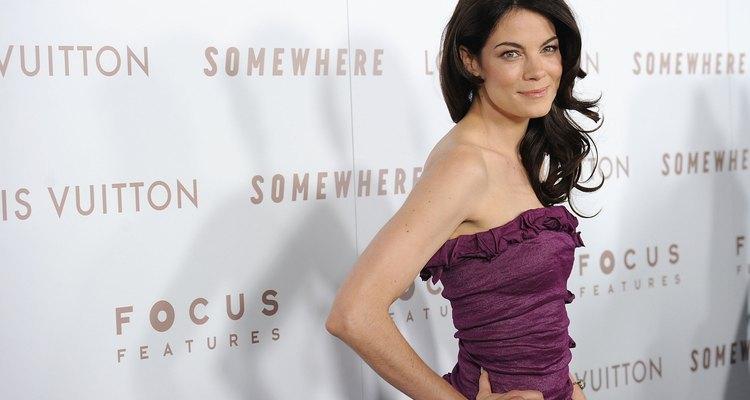 La actriz Michelle Monaghan viste un vestido morado en un estreno de Hollywood.