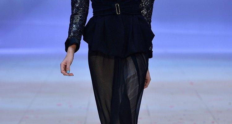 Un estilo de Maticevski expone unos grandes hombros en Sidney, Australia en 2012.