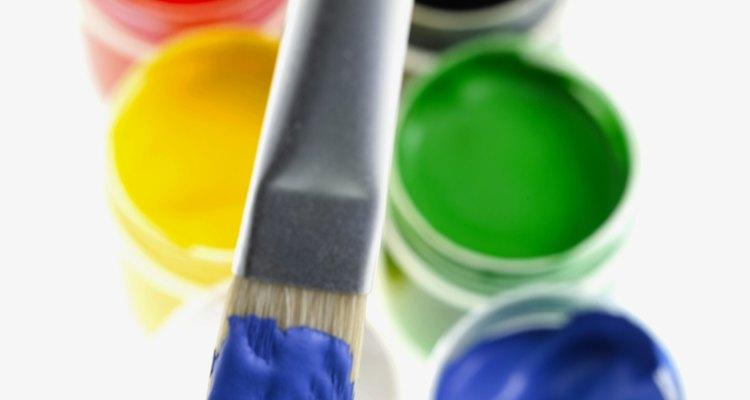 Ao misturar duas cores primárias obtém-se mais variedade de tons para sua pintura