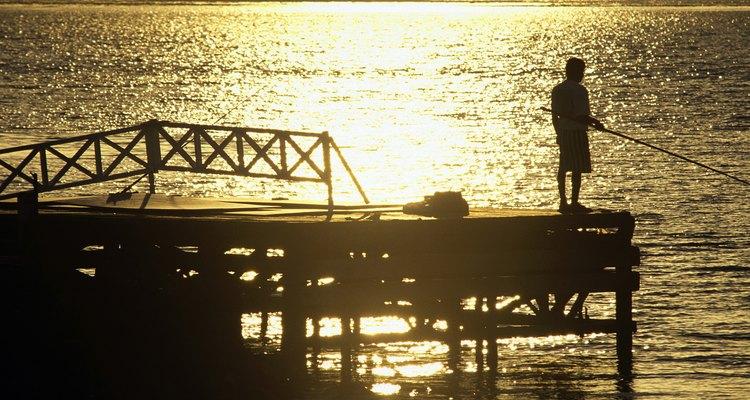 La pesca nocturna se puede hacer desde un muelle o en un barco con iluminación adecuada.