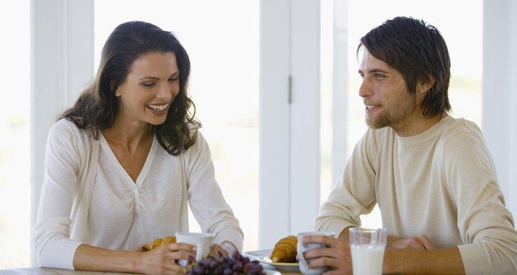Mantén a tu amante hablando haciéndole preguntas amables.
