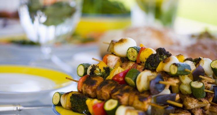Cozinhar com espetinhos é uma maneira rápida e saborosa para preparar suas carnes e legumes