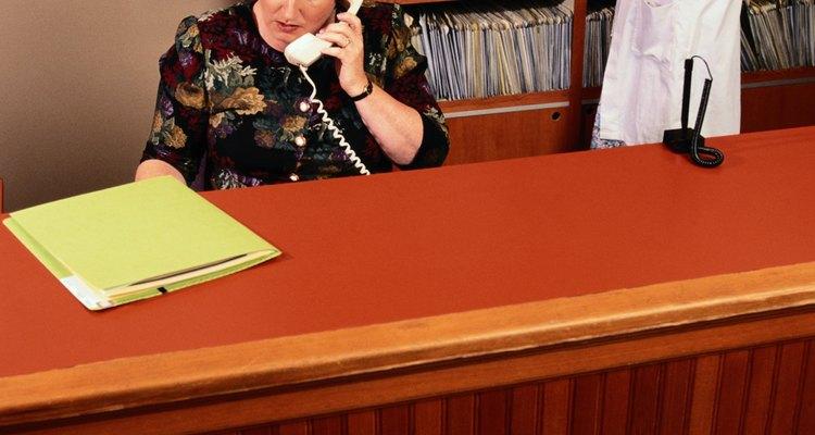 Los recepcionistas dentales realizan tareas administrativas básicas como contestar llamadas.