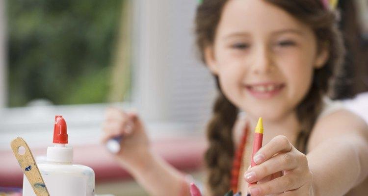 Con crayones y papel un niño puede diseñar un recuerdo para su padre.