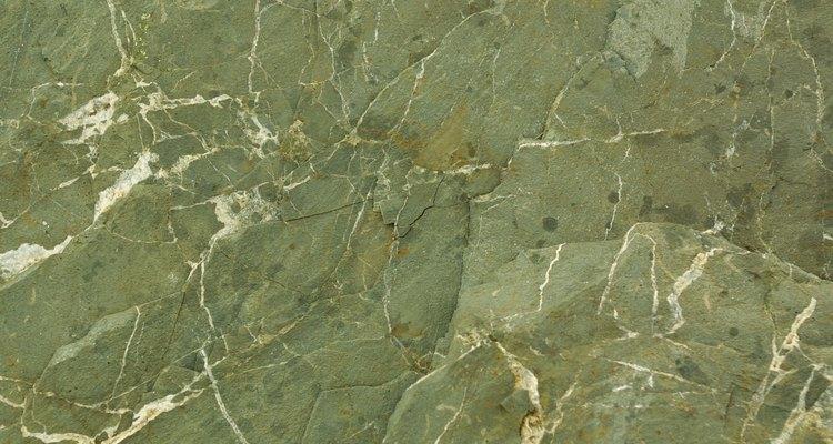 A menudo las grietas finas reparadas con epoxi transparente pasarán desapercibidas en una piedra ocupada.
