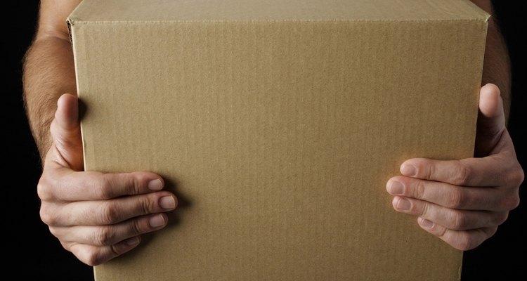 Você precisará de uma caixa de papelão na qual você fará o ninho para os coelhos