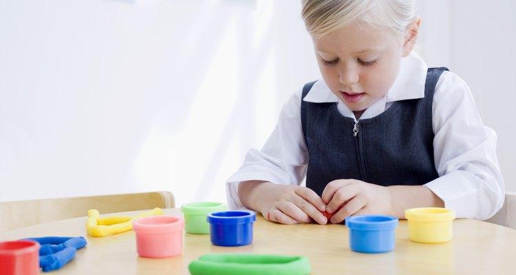 Jugar con arcilla puede ayudar a los niños a desarrollar sus habilidades motoras finas.
