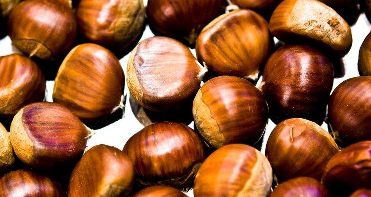 Calentar las castañas sin amontonarlas antes de molerlas hará que las cáscaras se desprendan  mejor.