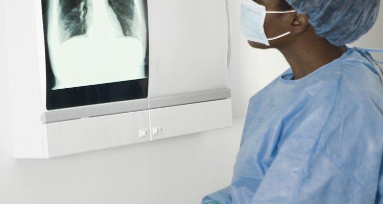 El cáncer de pulmón, la respuesta esperada al fumar, es la variable dependiente.