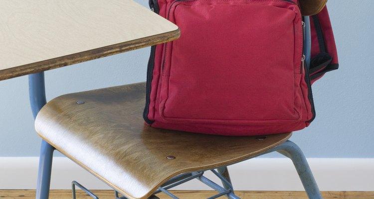 Las mochilas son comunmente usadas para cargar útiles para la escuela.