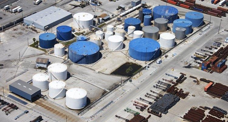 La destilación fraccionada es crucial para el proceso de refinación.