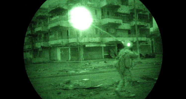 Un dispositivo infrarrojo nocturno permite ver en la oscuridad.