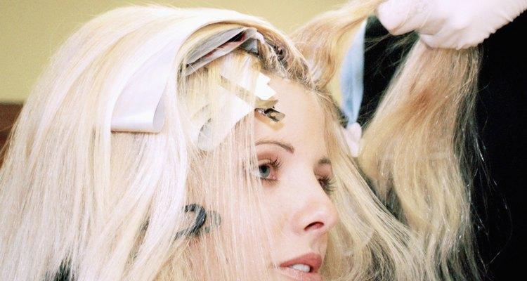 Utilize papel alumínio e pincel para coloração para proteger seu couro cabeludo