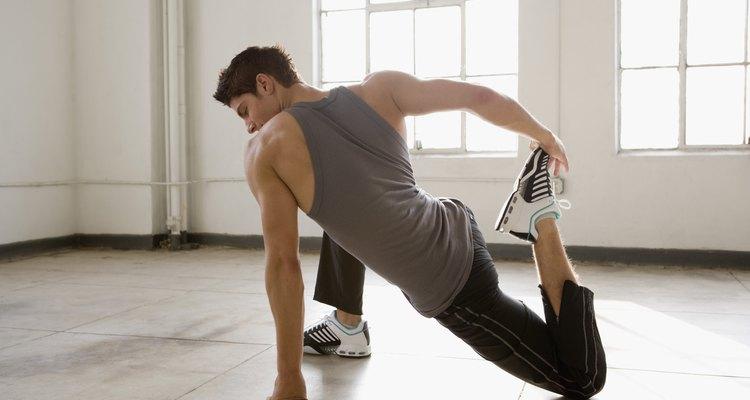 Estiramiento de los flexores de la rodilla y extensores del codo en un solo movimiento.