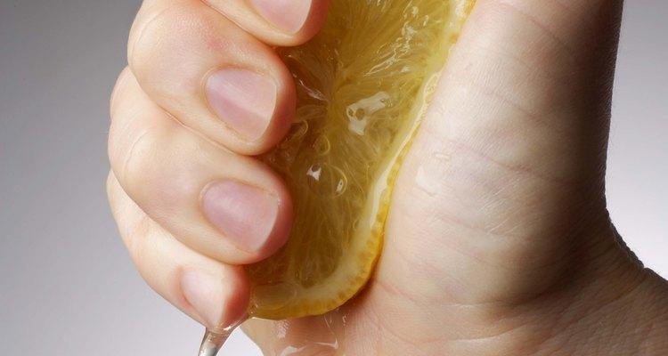 La mezcla de jugo de limón quita las manchas de tinta en el plástico.