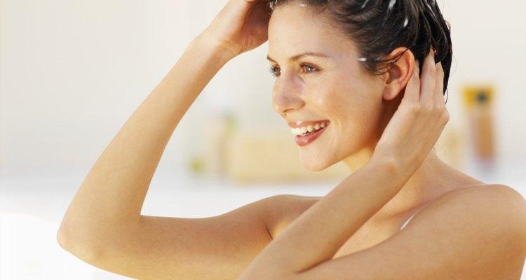 Las cerdas naturales ayudan a suavizar la cutícula del cabello para que el pelo luzca más sedoso.