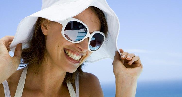 Las gafas de sol espejadas protegen tus ojos de los rayos nocivos.