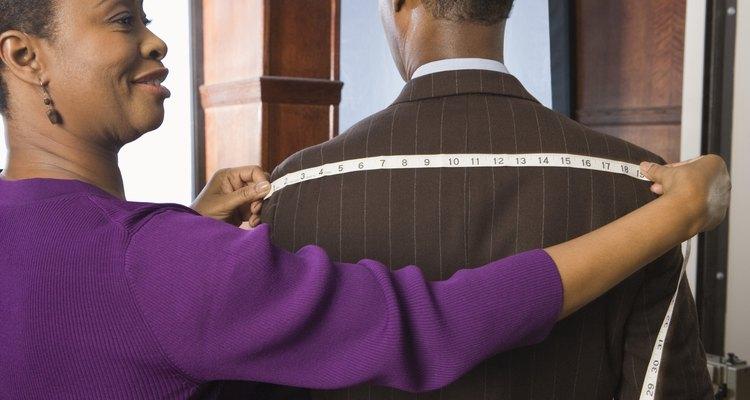 Aprenda como ajustar um colarinho igual aos alfaiates profissionais - a partir da parte de trás da peça