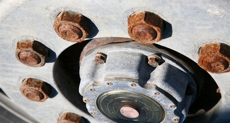 Remueve el óxido de las tuercas de ruedas de tu auto.