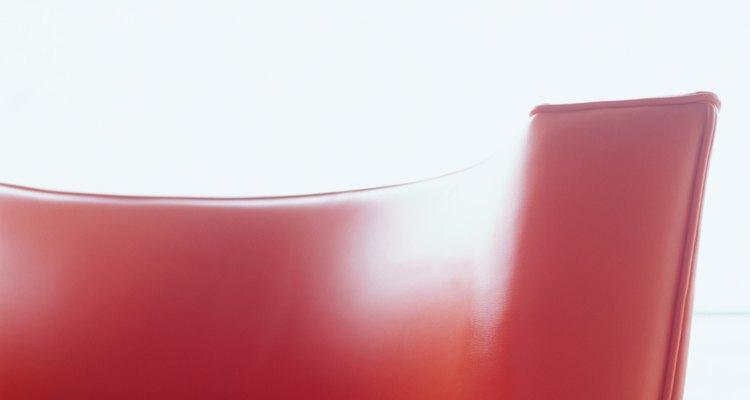 Um sofá de couro manchado com acetona pode parecer novo de novo