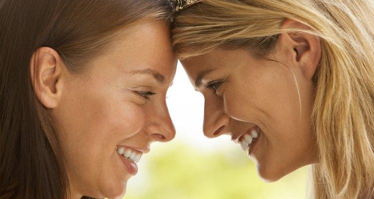 Puede ser difícil decir si dos chicas son sólo amigas o algo más.