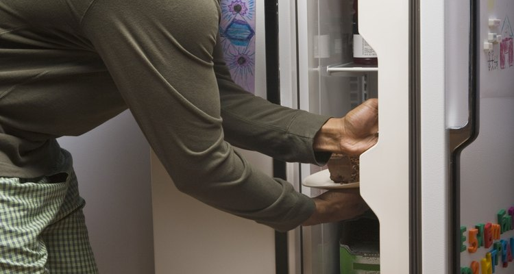 Poeira nos componentes da geladeira podem emitir um cheiro de queimado
