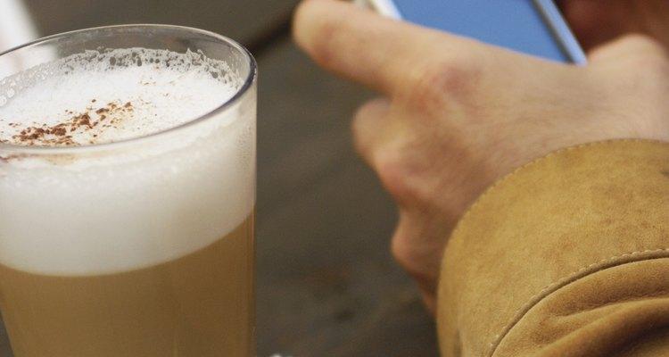 Um cappuccino instantâneo possui café instantâneo ou solúvel