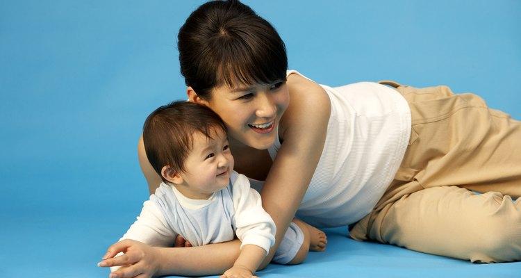 Mova o corpo do bebê para que ele descubra como fazer sozinho