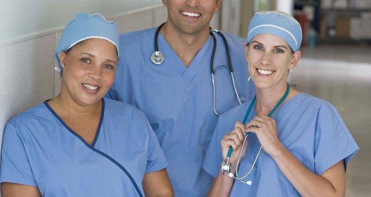 Queimaduras de segundo e terceiro grau afetam camadas abaixo da epiderme e necessitam de cuidados médicos