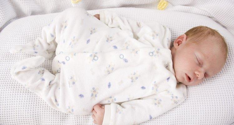 Bebé durmiendo en un moisés.