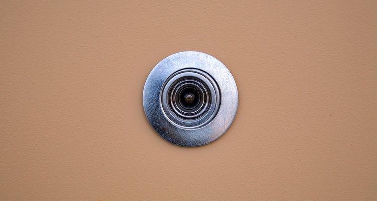 Um olho mágico permite que você veja quem está batendo à sua porta