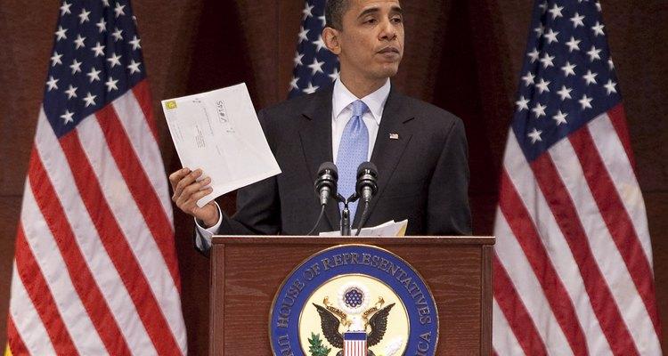 El presidente Barack Obama muestra la carta de un ciudadano recibida en el año 2010.