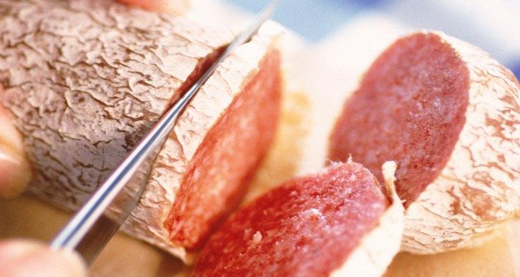 Primero rebana el salami y luego caliéntalo en la estufa.