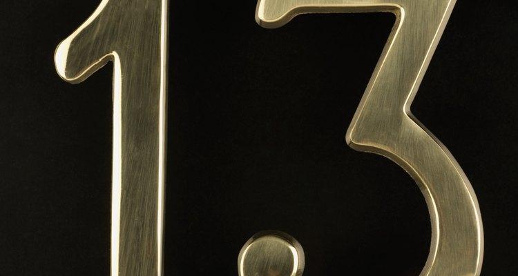 Dale un regalo relacionado con el número 13.