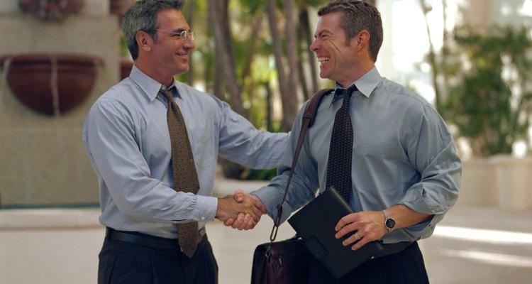 Los empleados de pre-venta trabajan de cerca con los clientes potenciales.