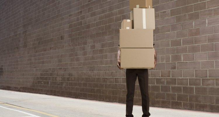 El ayudante de chofer requiere a menudo cargar grandes pesos.