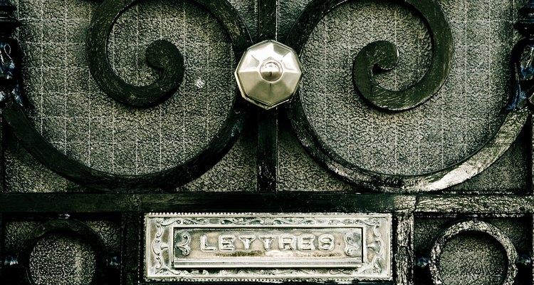 Hacer una puerta ornamental de metal toma entrenamiento y práctica.