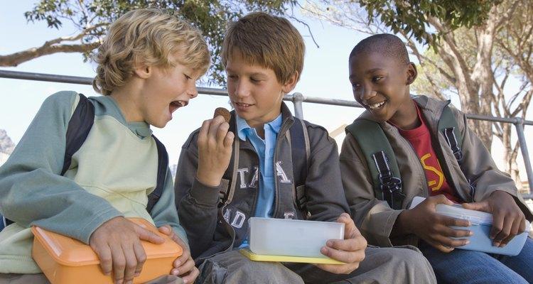 Los grupos de amistad se vuelven importantes para los niños en edad escolar.