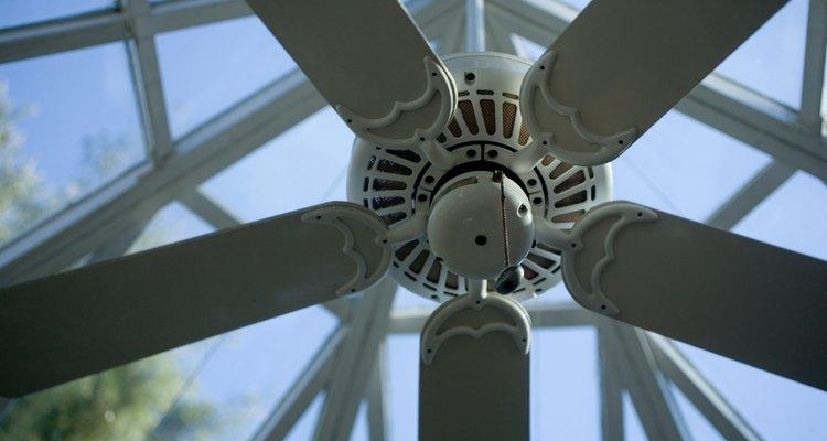 El uso correcto de tu ventilador de techo te ayuda a ahorrar en costos de energía.