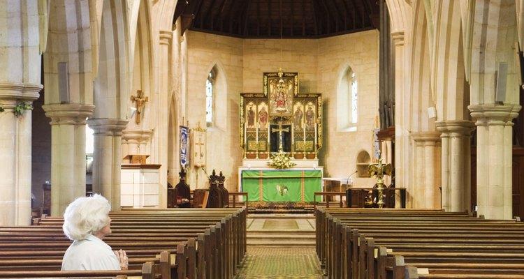Decore o altar de acordo com o calendário litúrgico da igreja