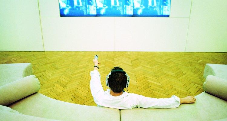 Desfrute de seus programas preferidos usando um fone de ouvido sem fio na sua televisão de tela plana Philips