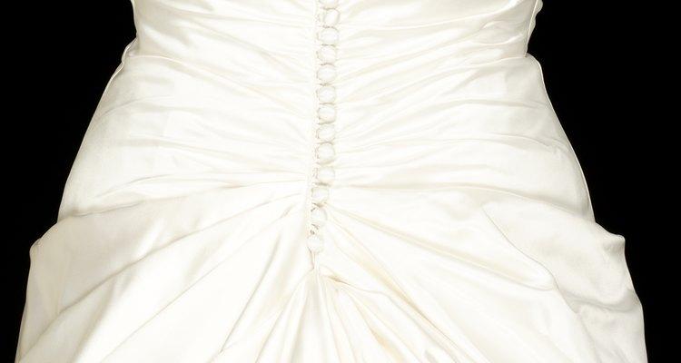 Un ejemplo de un vestido de novia cerrado con botones.