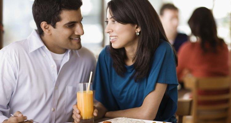 Evita una cena romántica para dos y dale a tu novio un regalo especial.