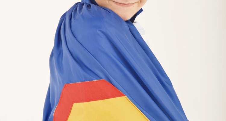 Para un cumpleaños con temática de superhéroes, crea un colorido y heroico centro de mesa.