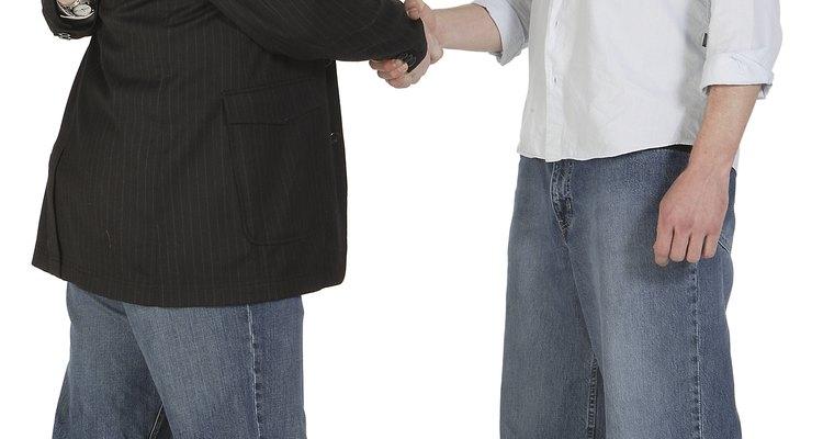Los comportamientos poco éticos pueden provenir de directivos y empleados.
