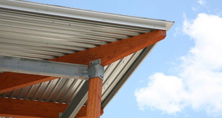 Los niveles de ruido se amortiguan con la instalación correcta de techos de metal.
