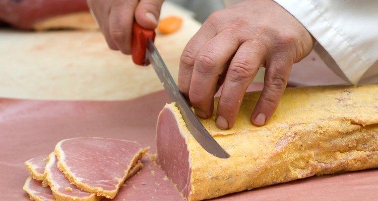 O lombo canadense é cortado em fatias finas