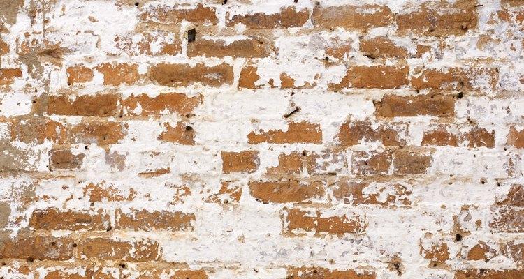 Dependendo da quantidade e do tipo de sujeira a ser removida, existem várias maneiras para limpeza de tijolos